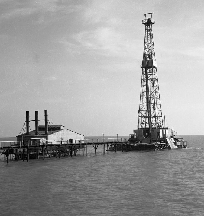 Shallow-Water-Derrick-drilling-in-Lake-Barrie…-1930's